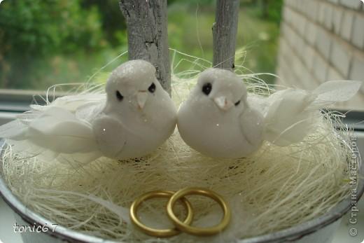 Свадебное деревце, уже подарено. Делала с сестрой в ночь перед свадьбой. Материалы:сизаль,иск.цветы,ленты,кружево, свадебные птички и кольца. фото 3