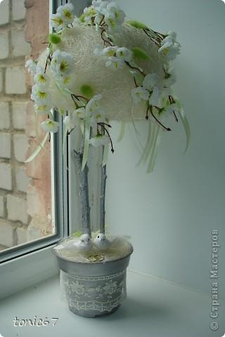 Свадебное деревце, уже подарено. Делала с сестрой в ночь перед свадьбой. Материалы:сизаль,иск.цветы,ленты,кружево, свадебные птички и кольца. фото 1
