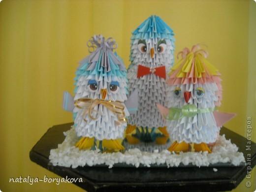 Благодаря этому сайту я впервые узнала о модульном оригами. Увидев такую красоту я даже подумать не могла, что когда-нибудь я смогу это воплотить. Но у меня есть идейный вдохновитель в лице любимой мамочки. Именно ее уверенность в том, что мы справимся, сподвигла нас на такие подвиги. Итак, наши первые лебедушки. Хотелось бы сделать уточнение, что все поделки собираются не менее трех экземпляров: мне на работу, маме и сестре. фото 8
