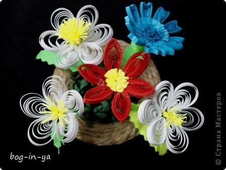 Вот такую корзиночку с цветочками смастерила. Для корзиночки обклеила крышечку от мороженного шпагатом, травка - салфетки торцеванием.