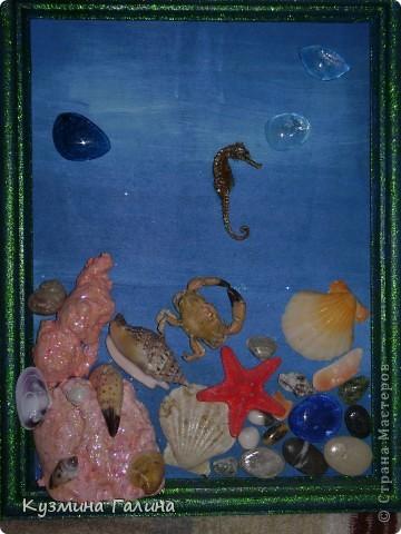 Года три назад из привезённых с моря даров сделала себе вот такую объёмную картинку.Кусочки монтажной пены пришлись кстати,покрасила их розовой краской для витражей фото 1