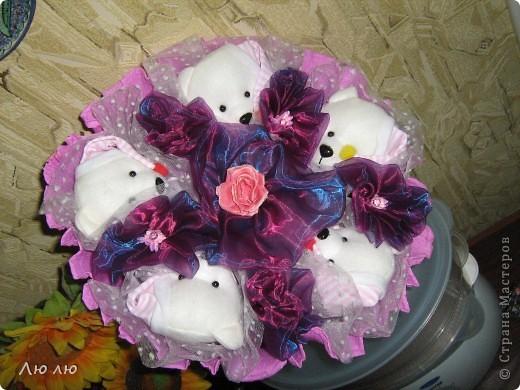 Первые пробные букетики из мягких игрушек. Очень хотелось сделать его нежненьким, этак розово-сиреневым, но получалось слишком бледно, решила добавить сиреневой органзы. фото 1