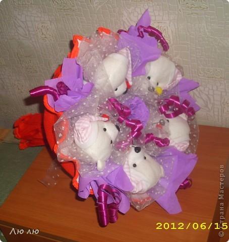 Первые пробные букетики из мягких игрушек. Очень хотелось сделать его нежненьким, этак розово-сиреневым, но получалось слишком бледно, решила добавить сиреневой органзы. фото 3