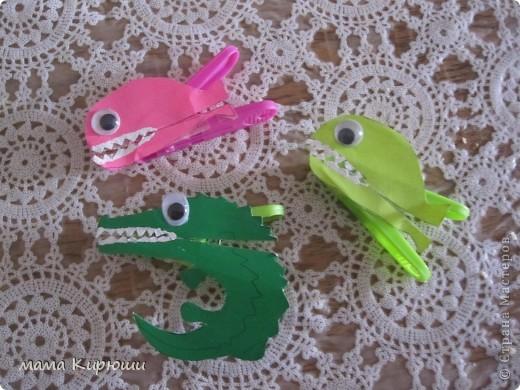 Вот таких рыбок мы сделали. Нарисовали рыбок на плотной цветной бумаге, зубы рисовали корректором, наклеили глазки, приклеили на прищепки двухсторонним скотчем. Все можно играть! фото 1