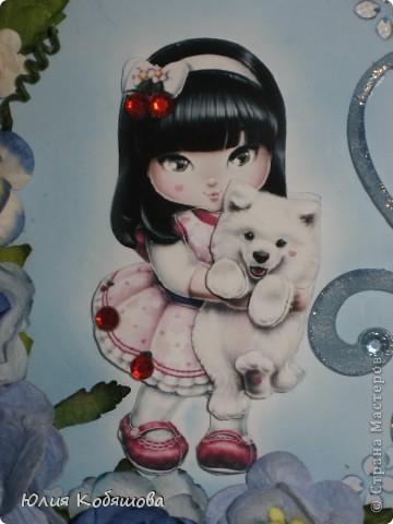 Добрый день!  Попросили меня срочно сделать две открыточки для девочки, которой на днях будет 10 лет, поэтому отложила приготовление подарков для своей Дашеньки и приступила к открыточкам для Сашеньки (так зовут девочку). В пожеланиях к открыточкам было следующее: одна голубая, другая розовая, изображение куколки, подобной которую я использовала в этой открытке http://stranamasterov.ru/node/370596, но только что бы была она в 3D и много-много цветов. Вот за вчерашний вечер родилась первая открыточка - голубая. Все, что просили, все есть: цветы, куколка, даже красивая стрекоза из бисера прилетела. За эту стрекозу хочу отдельно сказать спасибо Марине ШМыГе, эту красоту сотворила она и еще давно прислала мне, СПАСИБО Мариш!!! фото 4