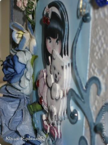Добрый день!  Попросили меня срочно сделать две открыточки для девочки, которой на днях будет 10 лет, поэтому отложила приготовление подарков для своей Дашеньки и приступила к открыточкам для Сашеньки (так зовут девочку). В пожеланиях к открыточкам было следующее: одна голубая, другая розовая, изображение куколки, подобной которую я использовала в этой открытке http://stranamasterov.ru/node/370596, но только что бы была она в 3D и много-много цветов. Вот за вчерашний вечер родилась первая открыточка - голубая. Все, что просили, все есть: цветы, куколка, даже красивая стрекоза из бисера прилетела. За эту стрекозу хочу отдельно сказать спасибо Марине ШМыГе, эту красоту сотворила она и еще давно прислала мне, СПАСИБО Мариш!!! фото 5