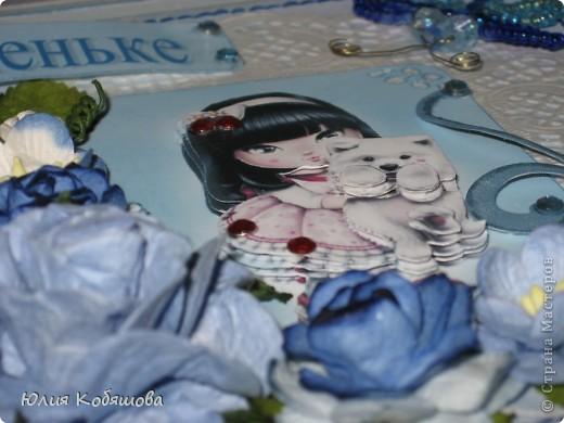 Добрый день!  Попросили меня срочно сделать две открыточки для девочки, которой на днях будет 10 лет, поэтому отложила приготовление подарков для своей Дашеньки и приступила к открыточкам для Сашеньки (так зовут девочку). В пожеланиях к открыточкам было следующее: одна голубая, другая розовая, изображение куколки, подобной которую я использовала в этой открытке http://stranamasterov.ru/node/370596, но только что бы была она в 3D и много-много цветов. Вот за вчерашний вечер родилась первая открыточка - голубая. Все, что просили, все есть: цветы, куколка, даже красивая стрекоза из бисера прилетела. За эту стрекозу хочу отдельно сказать спасибо Марине ШМыГе, эту красоту сотворила она и еще давно прислала мне, СПАСИБО Мариш!!! фото 6