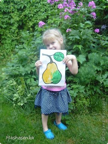 Привет всем!!!Вот мой фоторепортаж с мини выставки рисунков моей младшей сестрёнки Софы!!!Сначала просто я ей  распечатала на а4 раскраски,решили рисовать акварелью!У неё в руках папка! фото 1