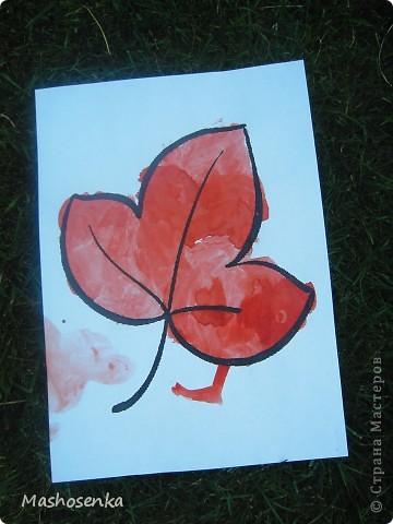 Привет всем!!!Вот мой фоторепортаж с мини выставки рисунков моей младшей сестрёнки Софы!!!Сначала просто я ей  распечатала на а4 раскраски,решили рисовать акварелью!У неё в руках папка! фото 4