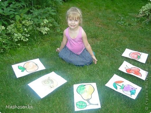 Привет всем!!!Вот мой фоторепортаж с мини выставки рисунков моей младшей сестрёнки Софы!!!Сначала просто я ей  распечатала на а4 раскраски,решили рисовать акварелью!У неё в руках папка! фото 8