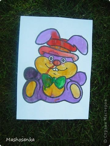Привет всем!!!Вот мой фоторепортаж с мини выставки рисунков моей младшей сестрёнки Софы!!!Сначала просто я ей  распечатала на а4 раскраски,решили рисовать акварелью!У неё в руках папка! фото 9
