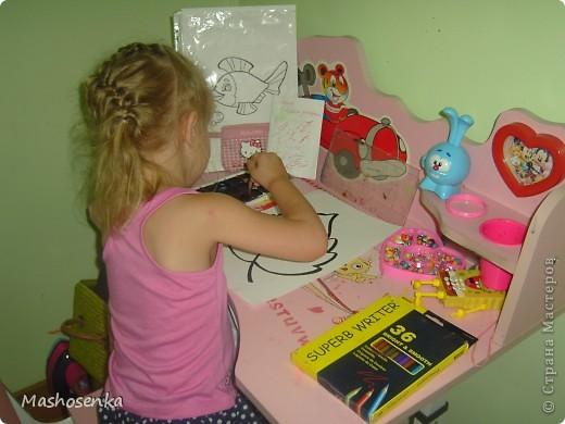 Привет всем!!!Вот мой фоторепортаж с мини выставки рисунков моей младшей сестрёнки Софы!!!Сначала просто я ей  распечатала на а4 раскраски,решили рисовать акварелью!У неё в руках папка! фото 10
