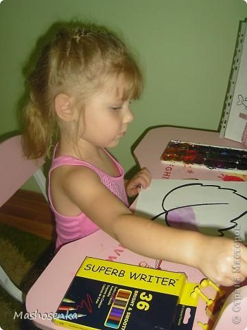 Привет всем!!!Вот мой фоторепортаж с мини выставки рисунков моей младшей сестрёнки Софы!!!Сначала просто я ей  распечатала на а4 раскраски,решили рисовать акварелью!У неё в руках папка! фото 11