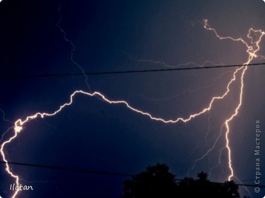 """Всем приветики!!!  Я сегодня с громом и молниями!!!  По Польше во вторник 3 июля 2012 года прошли страшные престрашные грозы, мощный порывистый ветер и даже торнадо!!!!  Было страшнооооо!!!  А еще с неба падали """"куринные яйца"""" в смысле град величиной с куринное яйцо!!!  В данном фоторепортаже есть ВСЕГО НЕСКОЛЬКО МОИХ ФОТОК, ОСТАЛЬНЫЕ СОБРАНЫ С ИНТЕРНЕТА со страниц польских новостей для того, чтобы Вы могли понять, что тут творилосььььььььь!!!!  фото 23"""
