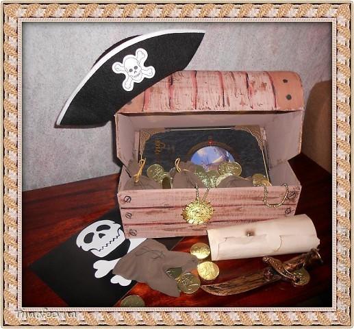 Йо-хо-хо, приветствую всех заглянувших  на огонёк! 25-го июня моему сыну Мише исполнилось 5 лет. Первый юбилей, можно сказать, и хотелось этот праздник отметить как то по особенному. Первая мысль была - день рождение в стиле пиратов, так как пираты, это одна из любимых Мишиных игр, тем для разговоров, рисования, лепки из пластилина и т.д, в общем, любит он пиратов и даже не возникло сомнений в выборе оформления вечеринки. А в помощь, конечно же, пришёл Google, пиратская тема среди мальчишек популярна и там нашлось море ссылок, в конце блога я добавлю те, которые наиболее вдохновили. фото 1