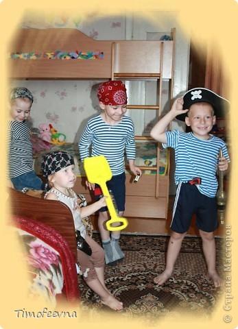 Йо-хо-хо, приветствую всех заглянувших  на огонёк! 25-го июня моему сыну Мише исполнилось 5 лет. Первый юбилей, можно сказать, и хотелось этот праздник отметить как то по особенному. Первая мысль была - день рождение в стиле пиратов, так как пираты, это одна из любимых Мишиных игр, тем для разговоров, рисования, лепки из пластилина и т.д, в общем, любит он пиратов и даже не возникло сомнений в выборе оформления вечеринки. А в помощь, конечно же, пришёл Google, пиратская тема среди мальчишек популярна и там нашлось море ссылок, в конце блога я добавлю те, которые наиболее вдохновили. фото 3