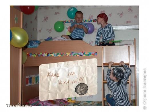 Йо-хо-хо, приветствую всех заглянувших  на огонёк! 25-го июня моему сыну Мише исполнилось 5 лет. Первый юбилей, можно сказать, и хотелось этот праздник отметить как то по особенному. Первая мысль была - день рождение в стиле пиратов, так как пираты, это одна из любимых Мишиных игр, тем для разговоров, рисования, лепки из пластилина и т.д, в общем, любит он пиратов и даже не возникло сомнений в выборе оформления вечеринки. А в помощь, конечно же, пришёл Google, пиратская тема среди мальчишек популярна и там нашлось море ссылок, в конце блога я добавлю те, которые наиболее вдохновили. фото 14