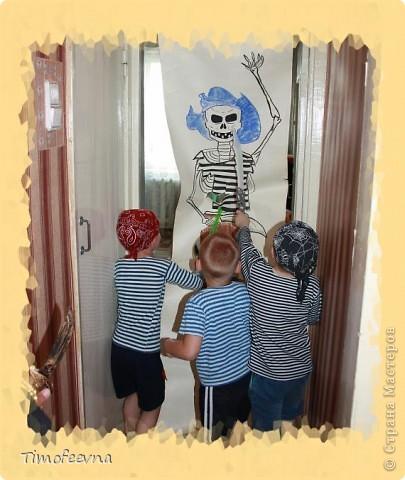 Йо-хо-хо, приветствую всех заглянувших  на огонёк! 25-го июня моему сыну Мише исполнилось 5 лет. Первый юбилей, можно сказать, и хотелось этот праздник отметить как то по особенному. Первая мысль была - день рождение в стиле пиратов, так как пираты, это одна из любимых Мишиных игр, тем для разговоров, рисования, лепки из пластилина и т.д, в общем, любит он пиратов и даже не возникло сомнений в выборе оформления вечеринки. А в помощь, конечно же, пришёл Google, пиратская тема среди мальчишек популярна и там нашлось море ссылок, в конце блога я добавлю те, которые наиболее вдохновили. фото 15