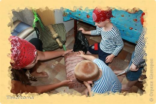 Йо-хо-хо, приветствую всех заглянувших  на огонёк! 25-го июня моему сыну Мише исполнилось 5 лет. Первый юбилей, можно сказать, и хотелось этот праздник отметить как то по особенному. Первая мысль была - день рождение в стиле пиратов, так как пираты, это одна из любимых Мишиных игр, тем для разговоров, рисования, лепки из пластилина и т.д, в общем, любит он пиратов и даже не возникло сомнений в выборе оформления вечеринки. А в помощь, конечно же, пришёл Google, пиратская тема среди мальчишек популярна и там нашлось море ссылок, в конце блога я добавлю те, которые наиболее вдохновили. фото 16