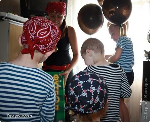 Йо-хо-хо, приветствую всех заглянувших  на огонёк! 25-го июня моему сыну Мише исполнилось 5 лет. Первый юбилей, можно сказать, и хотелось этот праздник отметить как то по особенному. Первая мысль была - день рождение в стиле пиратов, так как пираты, это одна из любимых Мишиных игр, тем для разговоров, рисования, лепки из пластилина и т.д, в общем, любит он пиратов и даже не возникло сомнений в выборе оформления вечеринки. А в помощь, конечно же, пришёл Google, пиратская тема среди мальчишек популярна и там нашлось море ссылок, в конце блога я добавлю те, которые наиболее вдохновили. фото 18