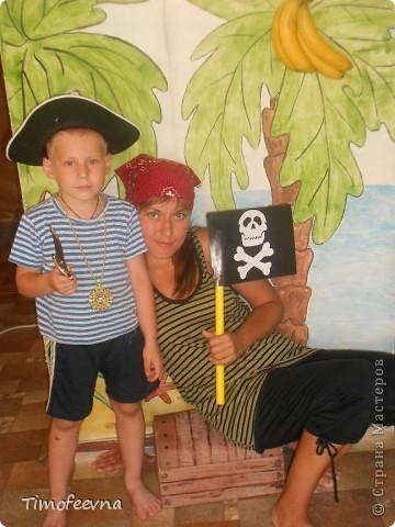 Йо-хо-хо, приветствую всех заглянувших  на огонёк! 25-го июня моему сыну Мише исполнилось 5 лет. Первый юбилей, можно сказать, и хотелось этот праздник отметить как то по особенному. Первая мысль была - день рождение в стиле пиратов, так как пираты, это одна из любимых Мишиных игр, тем для разговоров, рисования, лепки из пластилина и т.д, в общем, любит он пиратов и даже не возникло сомнений в выборе оформления вечеринки. А в помощь, конечно же, пришёл Google, пиратская тема среди мальчишек популярна и там нашлось море ссылок, в конце блога я добавлю те, которые наиболее вдохновили. фото 24