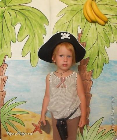 Йо-хо-хо, приветствую всех заглянувших  на огонёк! 25-го июня моему сыну Мише исполнилось 5 лет. Первый юбилей, можно сказать, и хотелось этот праздник отметить как то по особенному. Первая мысль была - день рождение в стиле пиратов, так как пираты, это одна из любимых Мишиных игр, тем для разговоров, рисования, лепки из пластилина и т.д, в общем, любит он пиратов и даже не возникло сомнений в выборе оформления вечеринки. А в помощь, конечно же, пришёл Google, пиратская тема среди мальчишек популярна и там нашлось море ссылок, в конце блога я добавлю те, которые наиболее вдохновили. фото 25