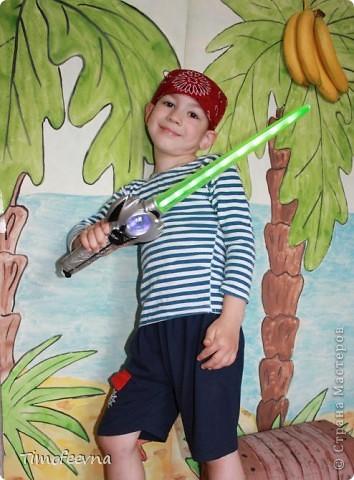 Йо-хо-хо, приветствую всех заглянувших  на огонёк! 25-го июня моему сыну Мише исполнилось 5 лет. Первый юбилей, можно сказать, и хотелось этот праздник отметить как то по особенному. Первая мысль была - день рождение в стиле пиратов, так как пираты, это одна из любимых Мишиных игр, тем для разговоров, рисования, лепки из пластилина и т.д, в общем, любит он пиратов и даже не возникло сомнений в выборе оформления вечеринки. А в помощь, конечно же, пришёл Google, пиратская тема среди мальчишек популярна и там нашлось море ссылок, в конце блога я добавлю те, которые наиболее вдохновили. фото 26