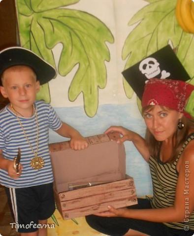 Йо-хо-хо, приветствую всех заглянувших  на огонёк! 25-го июня моему сыну Мише исполнилось 5 лет. Первый юбилей, можно сказать, и хотелось этот праздник отметить как то по особенному. Первая мысль была - день рождение в стиле пиратов, так как пираты, это одна из любимых Мишиных игр, тем для разговоров, рисования, лепки из пластилина и т.д, в общем, любит он пиратов и даже не возникло сомнений в выборе оформления вечеринки. А в помощь, конечно же, пришёл Google, пиратская тема среди мальчишек популярна и там нашлось море ссылок, в конце блога я добавлю те, которые наиболее вдохновили. фото 28