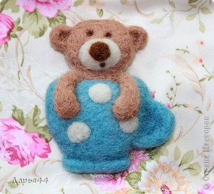 Милый мишутка в голубой чашечке :) Забавная брошка, выполненная в технике сухого валяния. фото 1