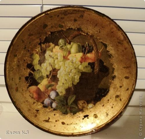 """Тарелка для """"Райских яблочек"""" появилась благодаря МК Елены  Островской http://stranamasterov.ru/node/373719?c=favusers . Стеклянная тарелка, обратный декупаж, салфетка, поталь (крошка), клей и лак для потали, акрил цвета терра, зеленый, старая бронза. фото 1"""