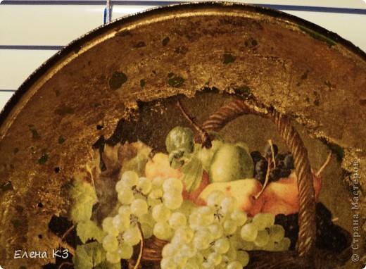 """Тарелка для """"Райских яблочек"""" появилась благодаря МК Елены  Островской http://stranamasterov.ru/node/373719?c=favusers . Стеклянная тарелка, обратный декупаж, салфетка, поталь (крошка), клей и лак для потали, акрил цвета терра, зеленый, старая бронза. фото 4"""