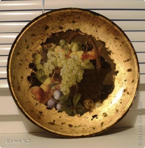 """Тарелка для """"Райских яблочек"""" появилась благодаря МК Елены  Островской http://stranamasterov.ru/node/373719?c=favusers . Стеклянная тарелка, обратный декупаж, салфетка, поталь (крошка), клей и лак для потали, акрил цвета терра, зеленый, старая бронза. фото 3"""