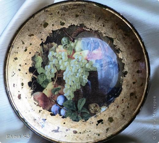 """Тарелка для """"Райских яблочек"""" появилась благодаря МК Елены  Островской http://stranamasterov.ru/node/373719?c=favusers . Стеклянная тарелка, обратный декупаж, салфетка, поталь (крошка), клей и лак для потали, акрил цвета терра, зеленый, старая бронза. фото 5"""