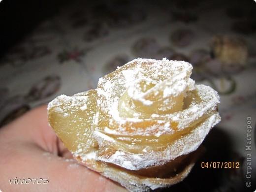 Сынуля попросил пирожки с яблоками, и я вспомнила что в какой то книге видела вот такие розочки. Решили попробовать, и вот что у нас получилось.  Продукты: тесто слоеное без дрожжевое, 2-3 яблока, сахарная пудра, сахарный сироп. Яблоки разрезать на 4 части, удалить сердцевину и нарезать очень тонкими дольками. Отварить в сиропе 3-5 мин.  фото 4