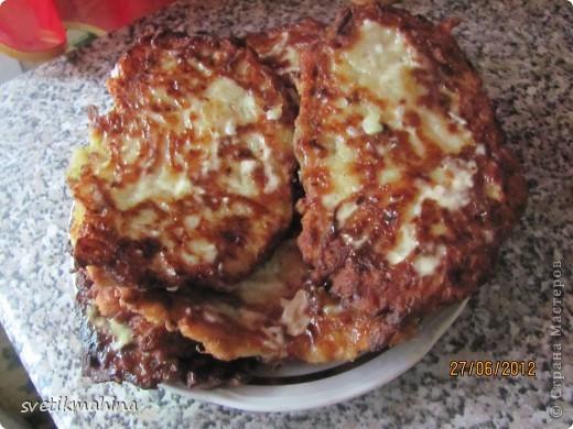 Вот таких красавцев моя семья очень любит лопать на завтрак)) Для этого нам понадобятся: кабачок - 1 шт картофель - 5 шт (средних) немного тертой моркови, у меня замороженная - (1 шт) луковица большая - 1 шт яйца - 2 шт майонез любой - 3ст л соевый соус (можно и без него) - 1ст л мука 2 ст без горки соль, перец по вкусу фото 1