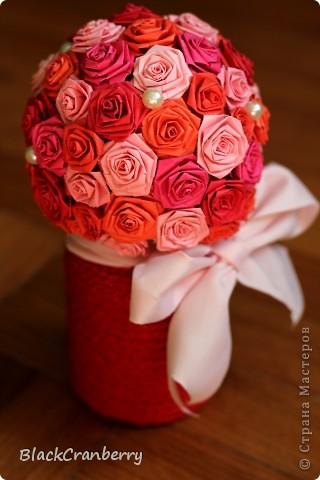 Не очень люблю розовый цвет, но букетик в красно-розовых тонах получился, пожалуй, самым ярким.