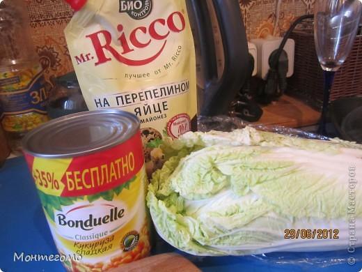 Вот! Мой самый любимый салат. Очень легкий, летний, красивый. Конечно, он совершенно простой, и большинство умеют его делать и без моих советов... Но я так его люблю, что не могу удержаться и не поделиться с вами подробностями. И еще вот что - мой муж не ест ни креветки (очень редко и чуть-чуть) и ни в коем случае не есть крабовые палочки. Ребенок просто в силу возраста ужасный привереда... Но вот этот салат едят оба с удовольствием! Ну а я так вообще могу есть его целыми днями, мне кажется))))) Готовлю его часто, пару раз в неделю, ну а на выходных - уж точно ))))) фото 8
