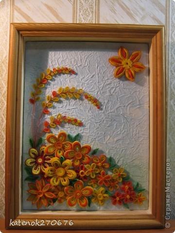 Очень хотелось сделать картину при в взгляде на которую поднималось настроение. Накрутила много различных цветочков из желтых и оранжевых полосочек. А сын помог составить композицию. Выставляем на Ваше обозрение результат нашей работы. Размер рамки 17х24 см. Фон-калька, смятая, затем расправленная и наклеянная на картон (подсмотрела у одной из Мастериц Страны Мастеров). Фон тонировала пастельными мелками. фото 1