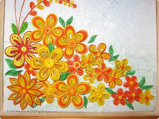 Очень хотелось сделать картину при в взгляде на которую поднималось настроение. Накрутила много различных цветочков из желтых и оранжевых полосочек. А сын помог составить композицию. Выставляем на Ваше обозрение результат нашей работы. Размер рамки 17х24 см. Фон-калька, смятая, затем расправленная и наклеянная на картон (подсмотрела у одной из Мастериц Страны Мастеров). Фон тонировала пастельными мелками. фото 4