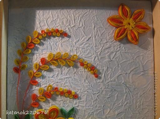 Очень хотелось сделать картину при в взгляде на которую поднималось настроение. Накрутила много различных цветочков из желтых и оранжевых полосочек. А сын помог составить композицию. Выставляем на Ваше обозрение результат нашей работы. Размер рамки 17х24 см. Фон-калька, смятая, затем расправленная и наклеянная на картон (подсмотрела у одной из Мастериц Страны Мастеров). Фон тонировала пастельными мелками. фото 3