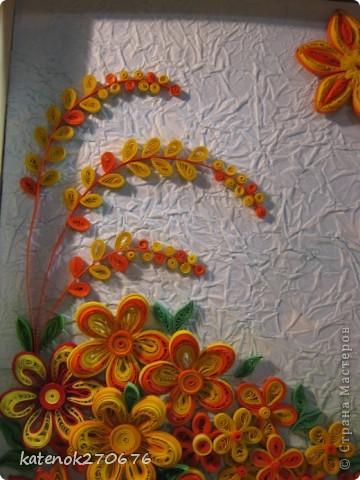 Очень хотелось сделать картину при в взгляде на которую поднималось настроение. Накрутила много различных цветочков из желтых и оранжевых полосочек. А сын помог составить композицию. Выставляем на Ваше обозрение результат нашей работы. Размер рамки 17х24 см. Фон-калька, смятая, затем расправленная и наклеянная на картон (подсмотрела у одной из Мастериц Страны Мастеров). Фон тонировала пастельными мелками. фото 2