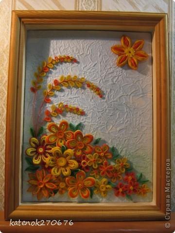 Очень хотелось сделать картину при в взгляде на которую поднималось настроение. Накрутила много различных цветочков из желтых и оранжевых полосочек. А сын помог составить композицию. Выставляем на Ваше обозрение результат нашей работы. Размер рамки 17х24 см. Фон-калька, смятая, затем расправленная и наклеянная на картон (подсмотрела у одной из Мастериц Страны Мастеров). Фон тонировала пастельными мелками. фото 6