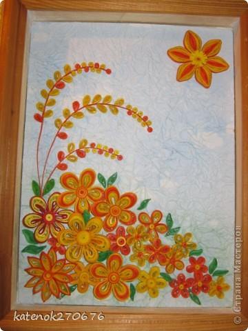 Очень хотелось сделать картину при в взгляде на которую поднималось настроение. Накрутила много различных цветочков из желтых и оранжевых полосочек. А сын помог составить композицию. Выставляем на Ваше обозрение результат нашей работы. Размер рамки 17х24 см. Фон-калька, смятая, затем расправленная и наклеянная на картон (подсмотрела у одной из Мастериц Страны Мастеров). Фон тонировала пастельными мелками. фото 5