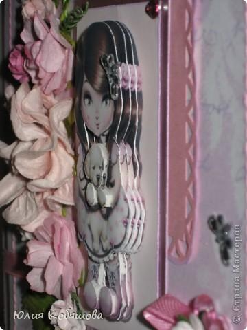Вчера вечером родилась вторая (розовая) открытка для девочки Саши, первую я показывала здесь http://stranamasterov.ru/node/386809, как и в первой открытке, основными элементами стали: куколка в 3D и цветы (все как заказывали). фото 4