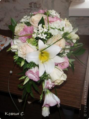 Оформление свадьбы всегда очень волнительное и ответственное занятие. На эту свадьбу мне необходимо было сделать: букет невесты, дублер букета невесты, бутоньерку для жениха и композицию на стол молодоженов. Выставляю на Ваш суд результаты моего труда! фото 1