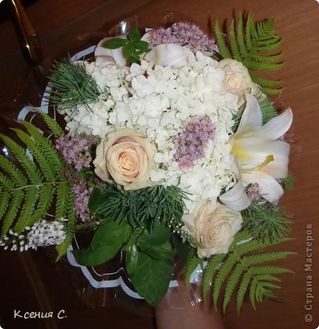 Оформление свадьбы всегда очень волнительное и ответственное занятие. На эту свадьбу мне необходимо было сделать: букет невесты, дублер букета невесты, бутоньерку для жениха и композицию на стол молодоженов. Выставляю на Ваш суд результаты моего труда! фото 2