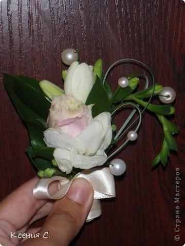Оформление свадьбы всегда очень волнительное и ответственное занятие. На эту свадьбу мне необходимо было сделать: букет невесты, дублер букета невесты, бутоньерку для жениха и композицию на стол молодоженов. Выставляю на Ваш суд результаты моего труда! фото 3