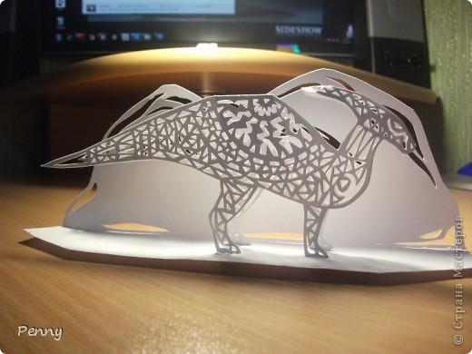 """Я большая поклонница динозавров и древних существ. И вот однажды на сайте """"Страна Мастеров"""" я наткнулась на очень интересную технику - киригами. Она меня очень привлекла и я подумала: """"почему б не попробовать?"""". Динозавра рисовала сама. Выбрала Паразауролофа, так как это один из моих любимых травоядных динозавров. Узор тоже придумывала сама, но опиралась на некоторые работы, выставленные на этом сайте. Вообщем, вот что вышло. Не судите строго, так как это работа у меня первая. :)  фото 4"""