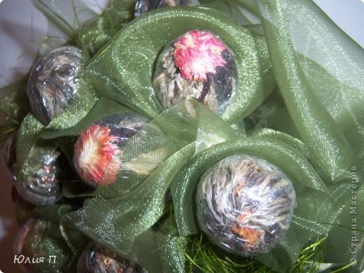 Чайный букет из крупнолистового orange pekoe, внутрь которого спрятаны цветки лилии, гибискуса и лаванды. Думаю, процедура чаепития, со срезанием «бутонов» и завариванием цветков, доставит эстетическое наслаждение обладателю.</p><p>Далее некоторые технологические этапы и детали. фото 11