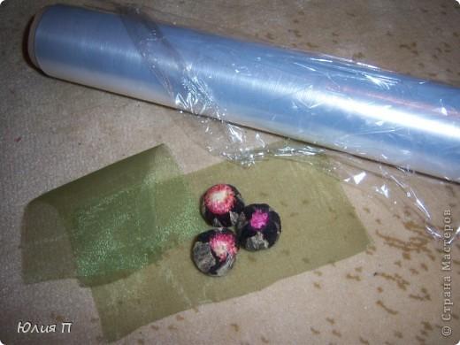 Чайный букет из крупнолистового orange pekoe, внутрь которого спрятаны цветки лилии, гибискуса и лаванды. Думаю, процедура чаепития, со срезанием «бутонов» и завариванием цветков, доставит эстетическое наслаждение обладателю.</p><p>Далее некоторые технологические этапы и детали. фото 3